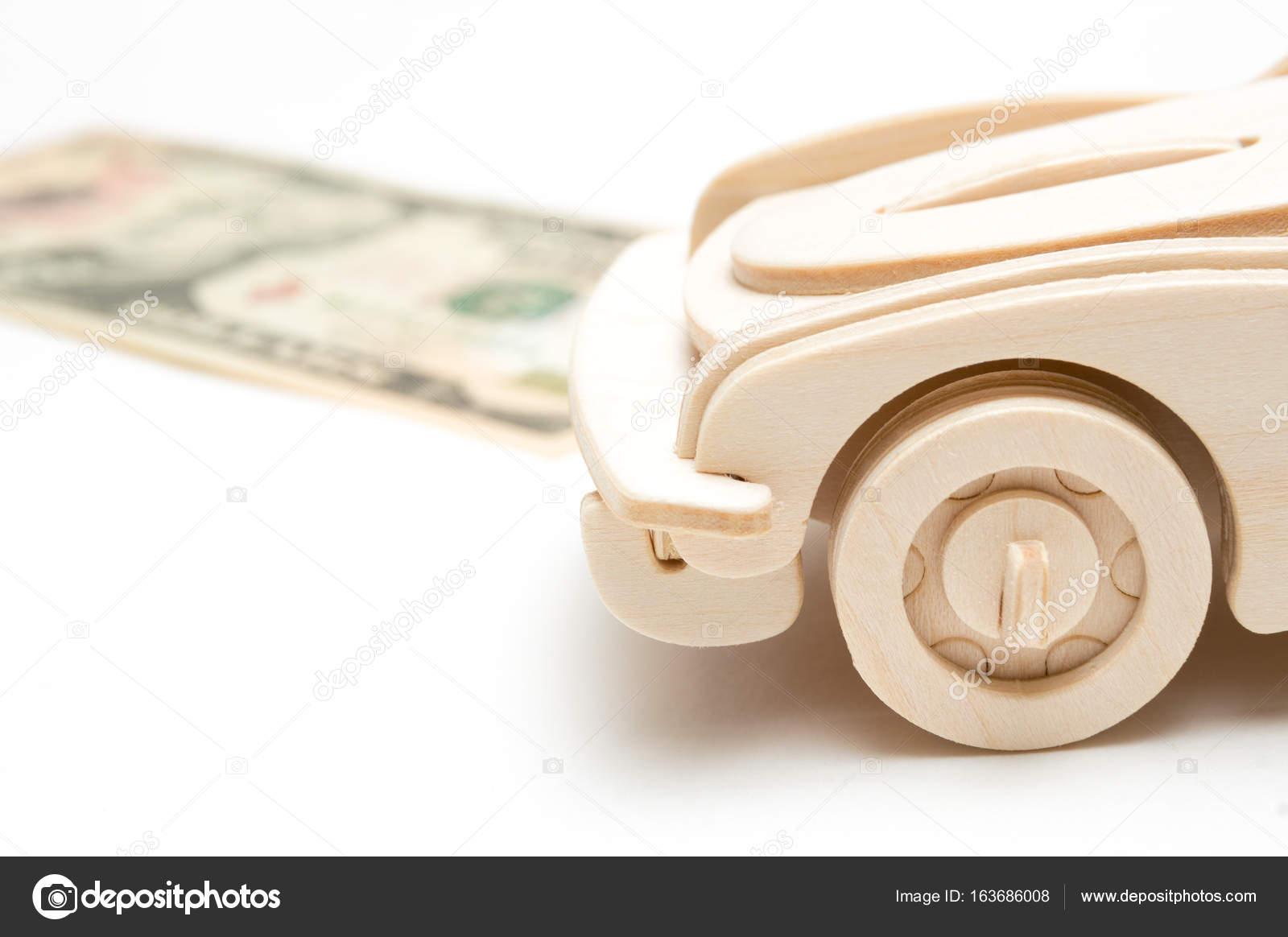 Houten Auto En Ons Dollar Geisoleerd Op Een Witte Achtergrond