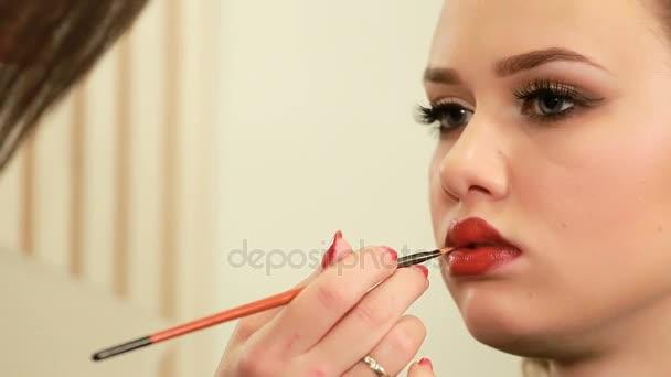 Make-up artist Malování rty krásná mladá žena Close-up