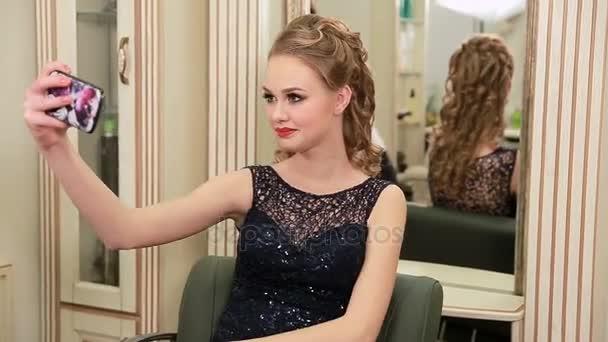 Hubsch Jung Und Sinnlich Frau Mit Schonen Make Up Und Elegante Frisur Im Abendkleid Nimmt Selfie Und Sieht Die Smartphone Kamera Und Das Lacheln Sich Vor Auf Die Party Gehen