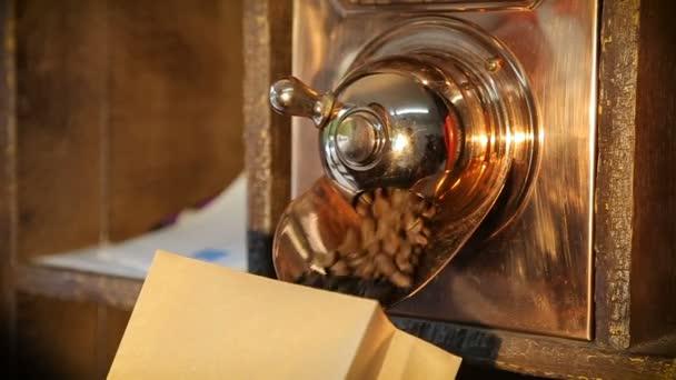 Muž zaplní kávová zrna v balíčku