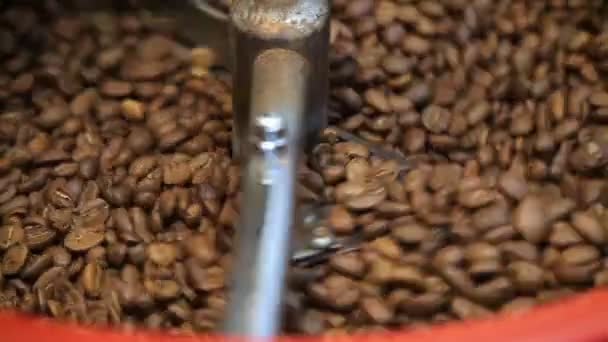 Traditionelle Kaffeerösterei cooling off frisch gerösteten Kaffeebohnen. Kühlung von Kaffeebohnen nach der Röstung. Röstmaschine