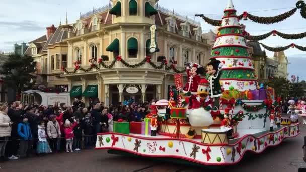 Disneyland, Paříž, Francie – 30. prosince 2016. Pouliční průvod, kde vás všechny oblíbené Disney postavy vyšel pozdravit, čeká fanoušky. Disney kreslené postavičky