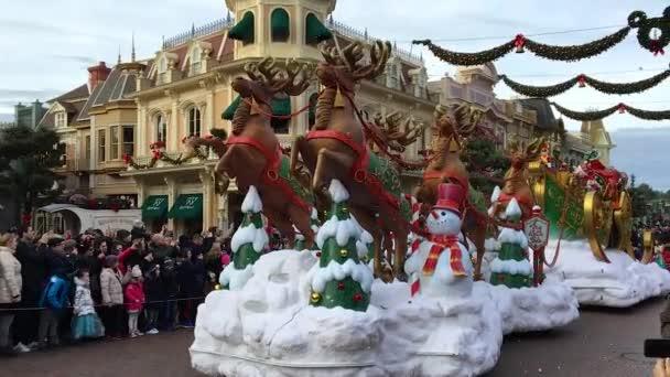 Disneyland, Paříž, Francie – 30. prosince 2016. Santa Claus Parade v Paříži nový rok večer prosince 2017, disney kreslené postavičky