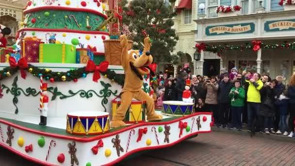 Disneyland, Paříž, Francie – 30. prosince 2016. Disneyland průvod mickey mouse goofy pluto