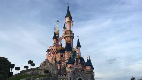 Parigi, Francia - 30 dicembre 2016: Divertimenti resort Disneyland Paris con vista per il castello della bella addormentata e la folla di visitatori. È è il parco tematico più visitato di tutta Italia e in Europa