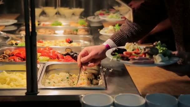 Lidé kladou potraviny. Stravování. Zavést salát. Tabulka distribuce potravin