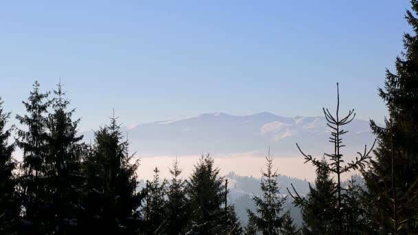 Winterlandschaft. majestätischen schneebedeckten Berge. Tourismus-Resort-Natur.