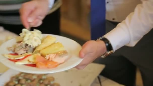 Lidé kladou potraviny. Stravování. Zavést salát. Tabulka distribuce potravin.