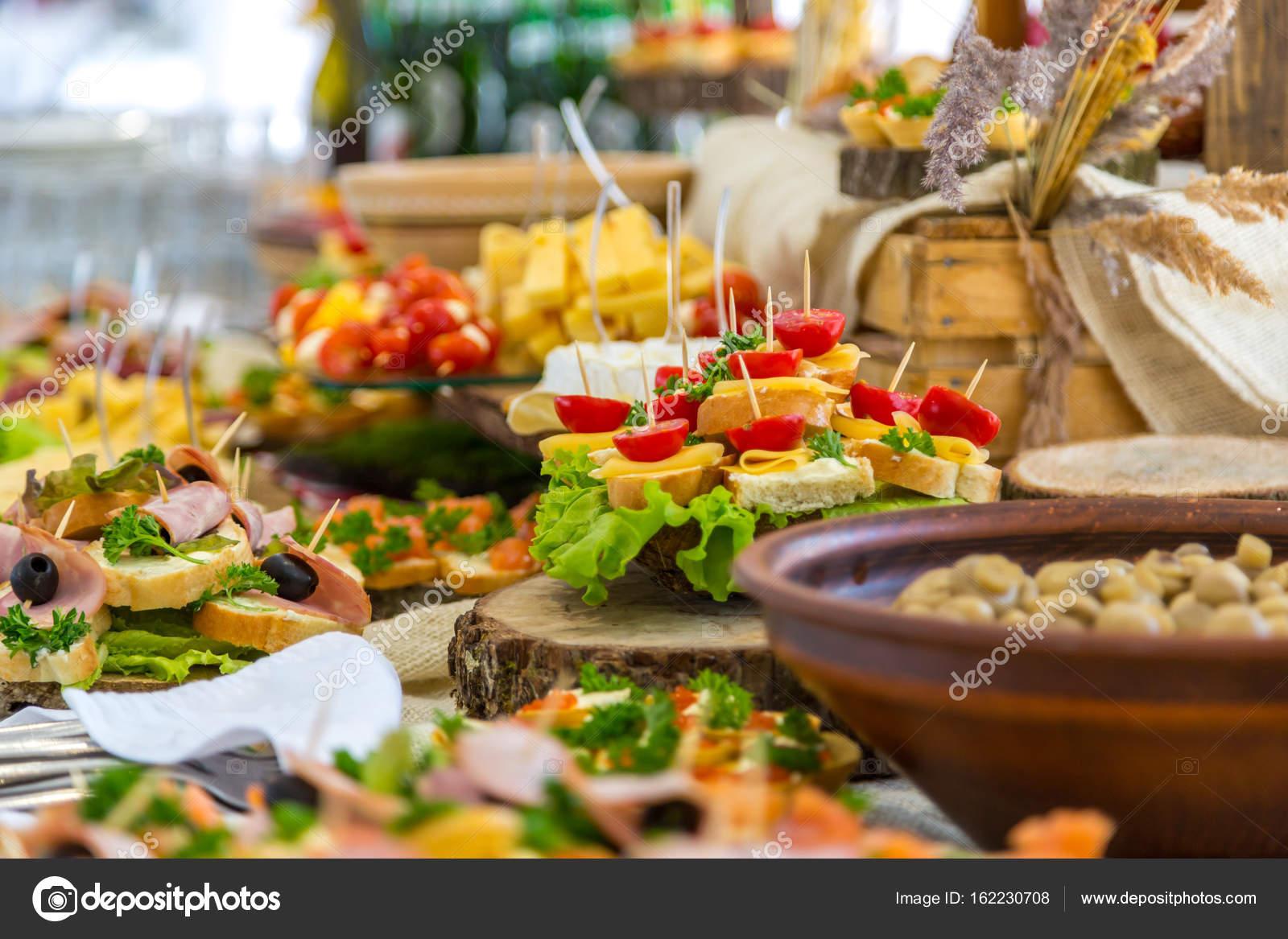 Mesa de banquete no restaurante servido com refei es for Mesas para negocio comidas rapidas