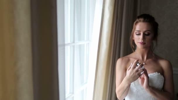 Nevěsta, postřik vůně v extrémních případech, s pachovými částicemi na navlhčenou pleť.