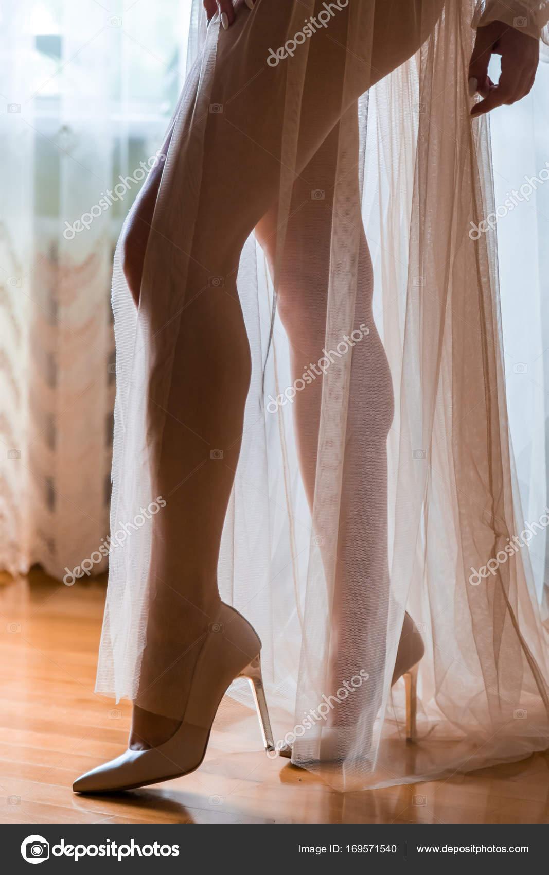 die Bräute Beine in der Nacht Kleid im Rücken leicht — Stockfoto ...