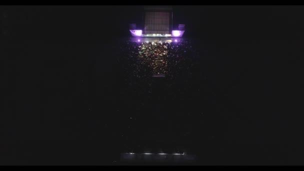 Mukachevo, Ukrajna - November 01, 2017: Flex családi nap. Légi lövés koncert Flex cég a város Munkácson. Előadás a színpadon. Vezetői nyilvános, tánc, zene.