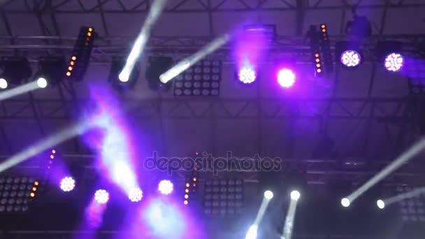 Világítás a nagy jelenet. Villogó fények a különböző színek más-más irányba mozgatni. Fény: koncertek, diszkók, éjszakai klubok.