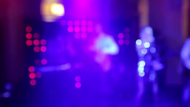 Pozadí tanec je rozmazané lidé tančí v nočním klubu. Modré a fialové barvy
