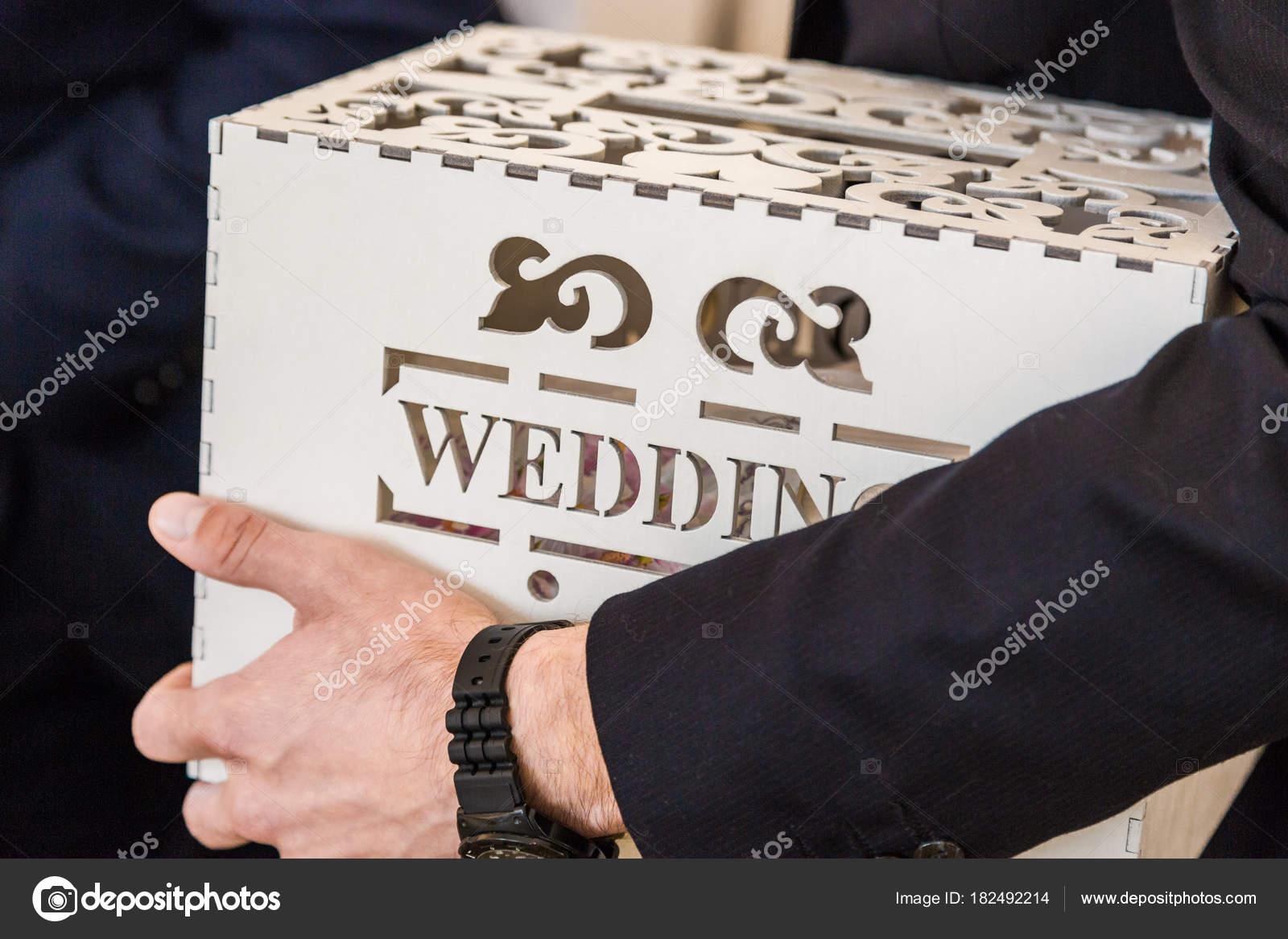Auguri Matrimonio Uomo : L uomo tiene in mano una scatola di matrimonio con un iscrizione