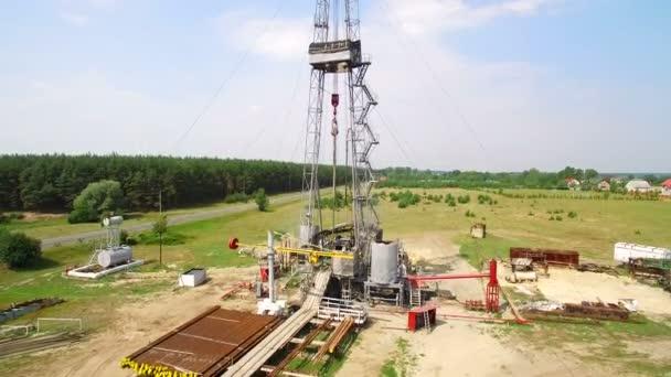 Letecký pohled na plynu ropné vrtné věže v lese