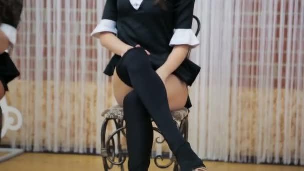 Mladé dívky tančí v černé sukně s nadýchané ocasy. Erotická zábava pro firemní večírky