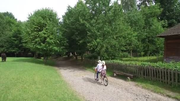 Letecký snímek. Muž a žena na koni tandemové kolo.