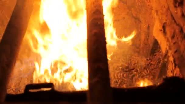 Alternative Kraftstoffe. Paletten werden in eine industrielle Kessel verbrannt. Moderner Holzofen Kessel.