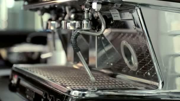 Žena obsahuje pár na kávovar