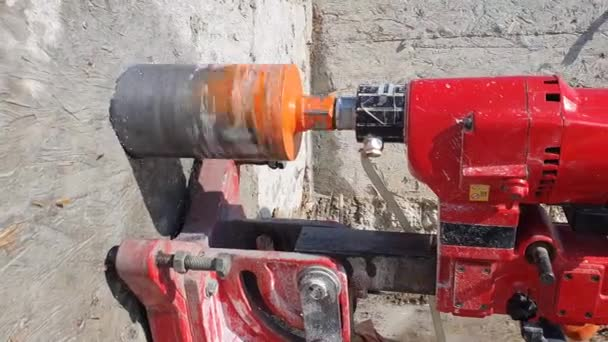 Arbeiter-Nahaufnahme Bohren eines großen Lochs mit einem großen industriellen Bohrer.