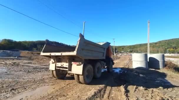Ein LKW wird gerade gebaut. die großen Räder des Lastwagens bewegen sich durch den Sumpf.