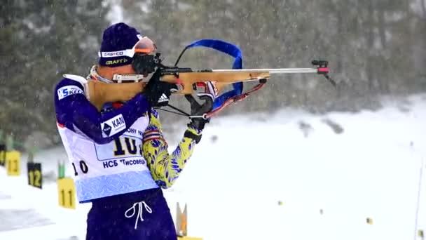 Ukrainisch. javoriw. 04 januar 2020. ein skifahrer, der am biathlonrennen teilnimmt, schießt mit dem gewehr auf eine scheibe.