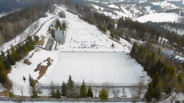 Légi felvétel Biatlon. Téli sportok a hegyekben. Sífutás az ukrán Kárpátok