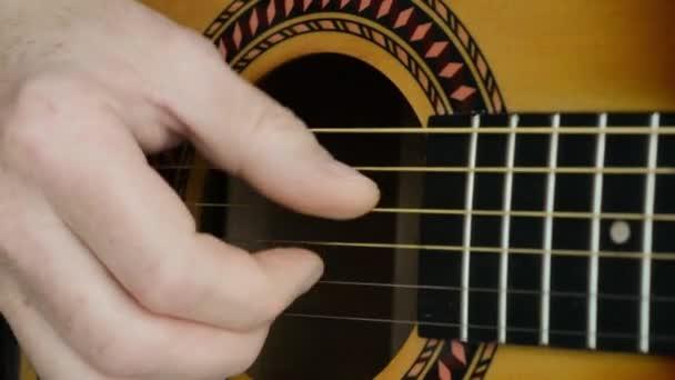 Akustická kytara Vybrnkává. Detail ruční Vybrnkává kytara.