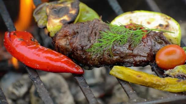 Grilovaný hovězí steak se zeleninou na grilu