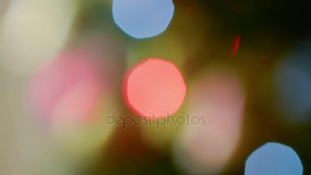 Rack-Fokus, den Weihnachtsschmuck und elektrische Lichter auf Baum