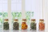 sušené bylinky, koření a smaženými zeleninovými