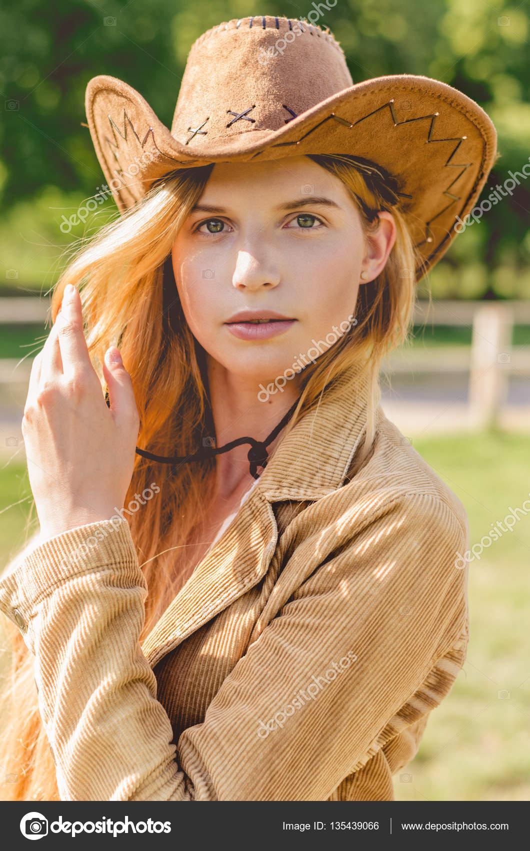 Código promocional diseño popular sitio oficial Mujer con sombrero vaquero   Chica con un sombrero de ...