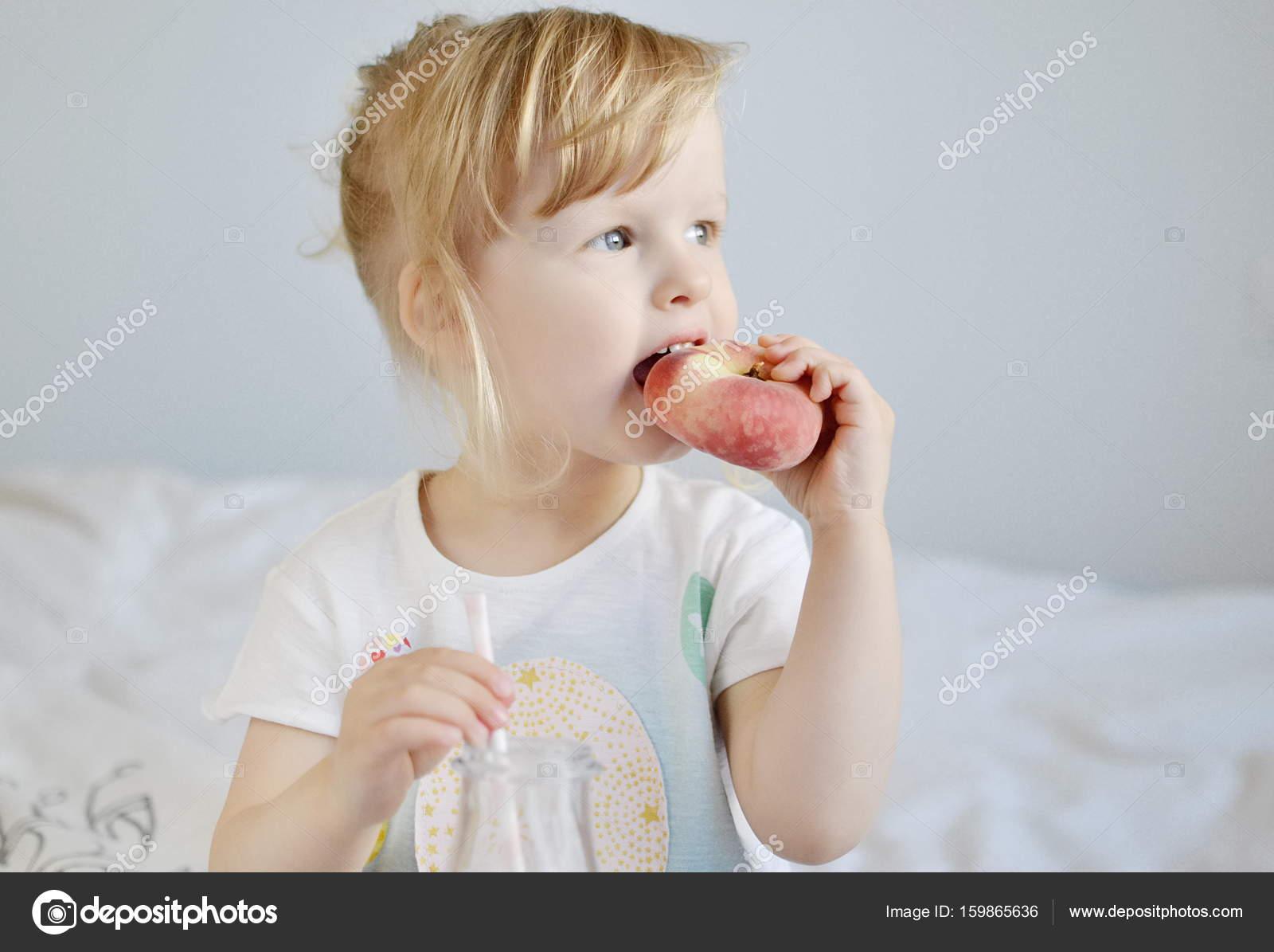 Маленькая девочка маленькому мальчику сосет