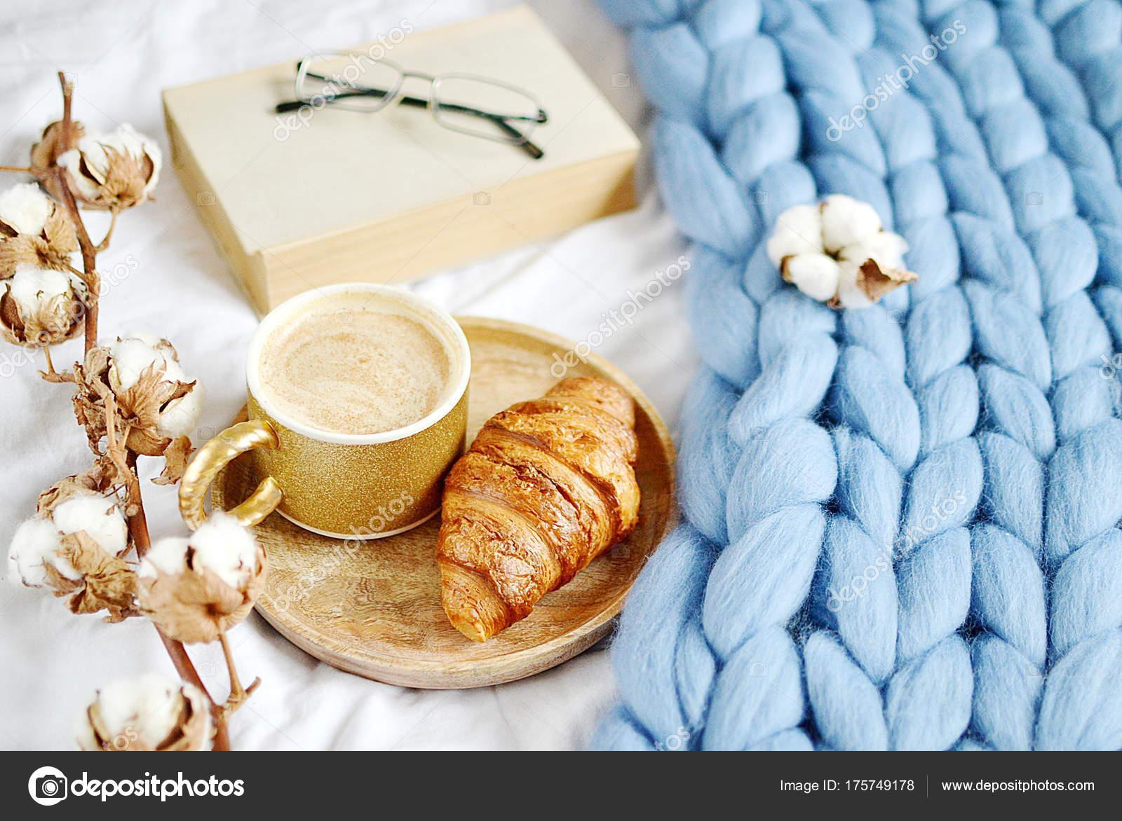 Tasse Mit Cappuccino Croissant Blau Pastell Giant Plaid Schlafzimmer Morgen  U2014 Stockfoto