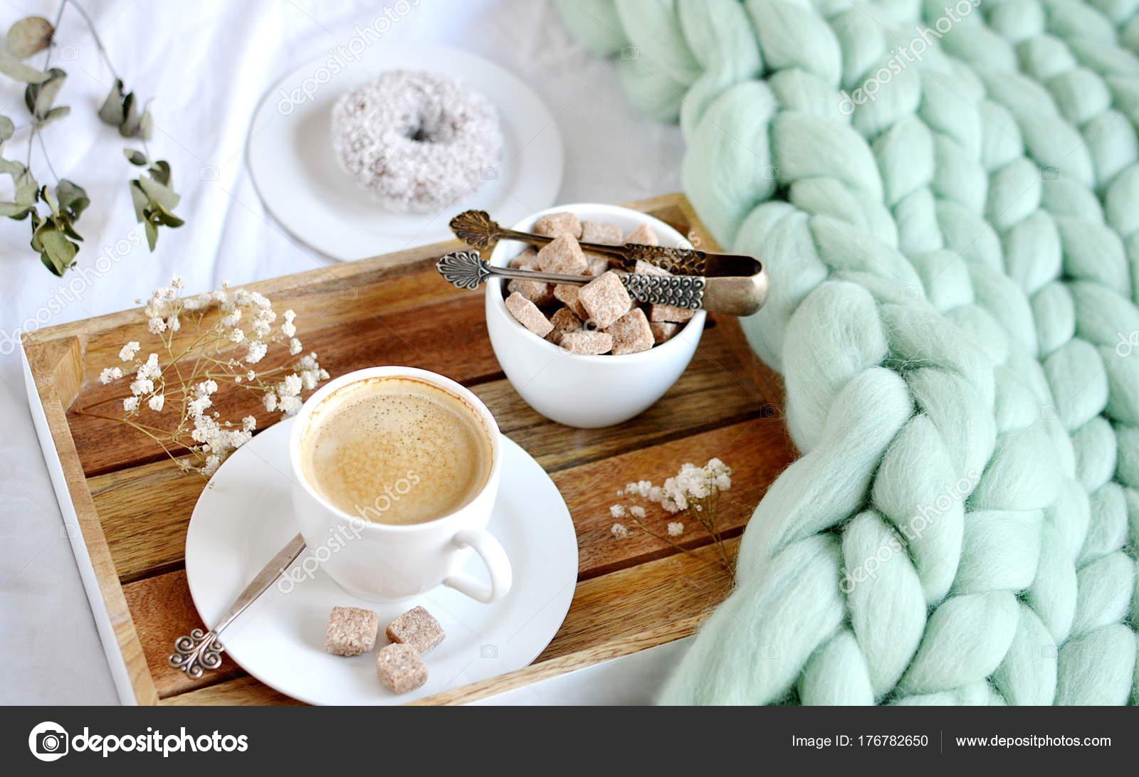 Tasse Mit Cappuccino Doughnutt Grüne Pastell Giant Plaid Schlafzimmer  Morgen U2014 Stockfoto