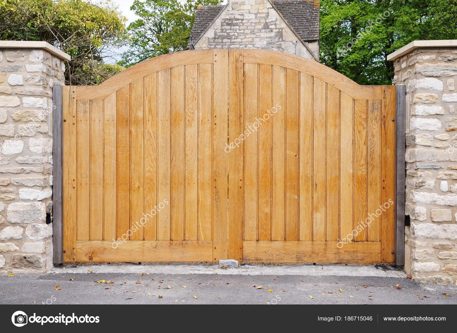 Rivestimento Casa In Legno : Vista porte legno rivestimento pietra casa con alberi intorno