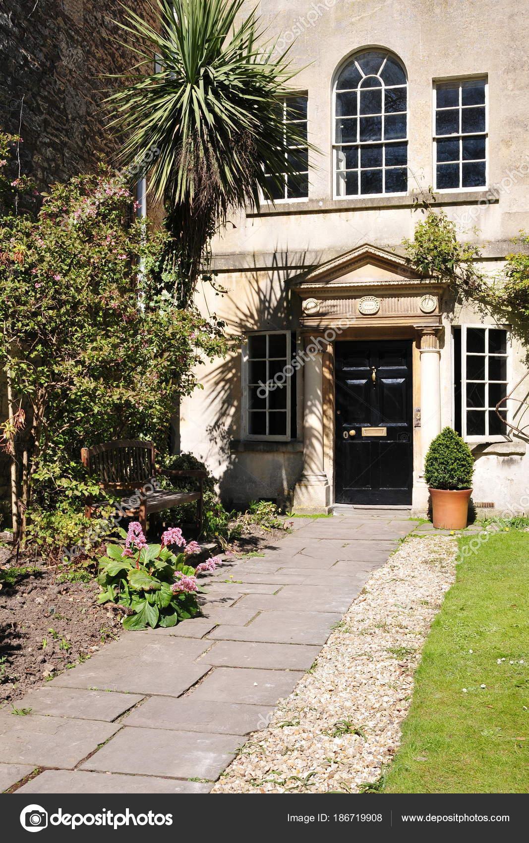 Esterno casa accogliente con windows facciata beige porta nera piante foto stock 1000words - Casa accogliente ...