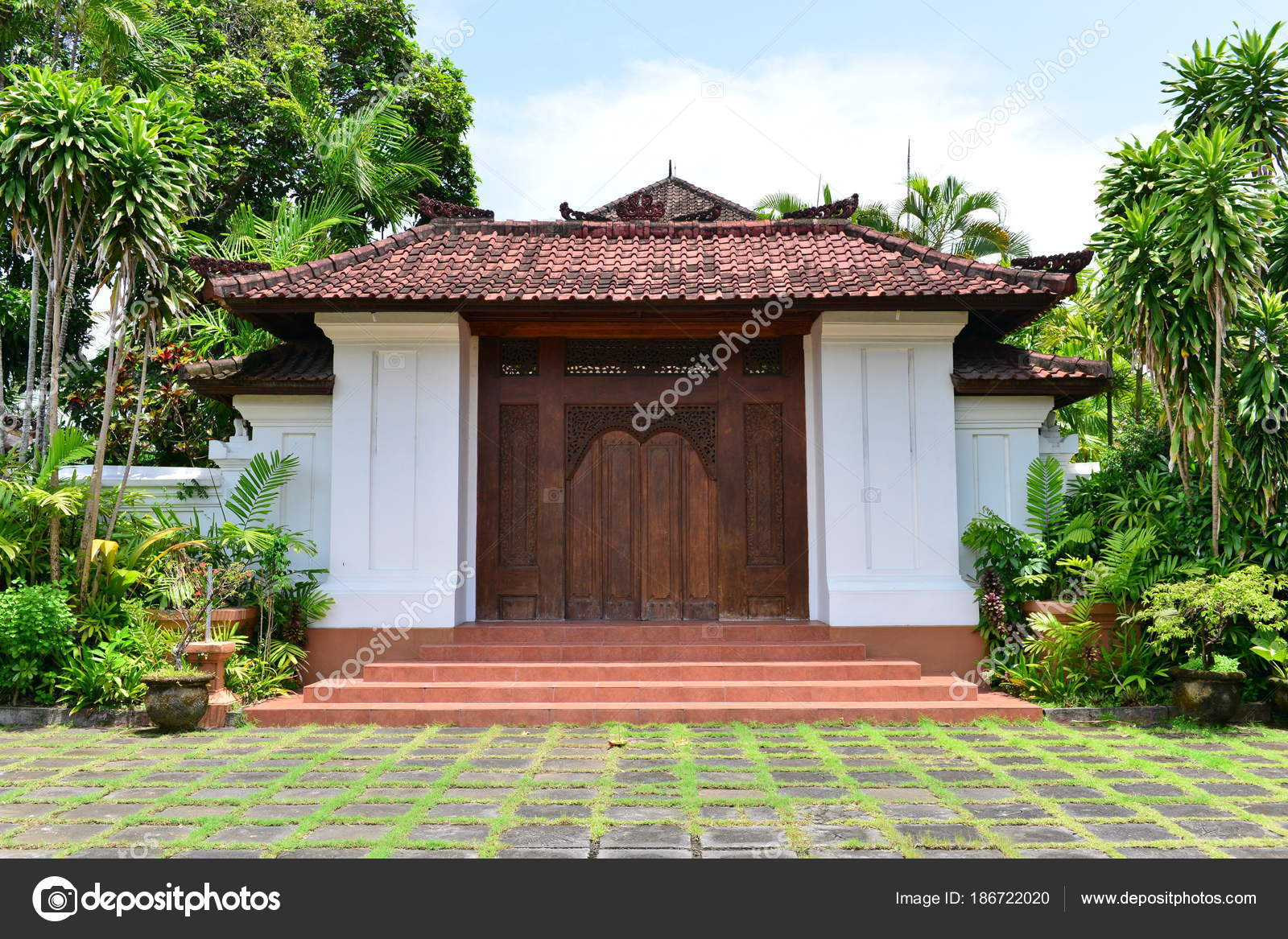 Exterior Casa Tropical Con Plantas Verdes Foto De Stock - Plantas-verdes-exterior