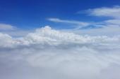 Modrá obloha s načechrané bílé mraky v denní