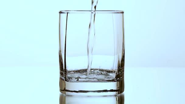 Wasser mit Eiswürfeln. isoliert auf weiß