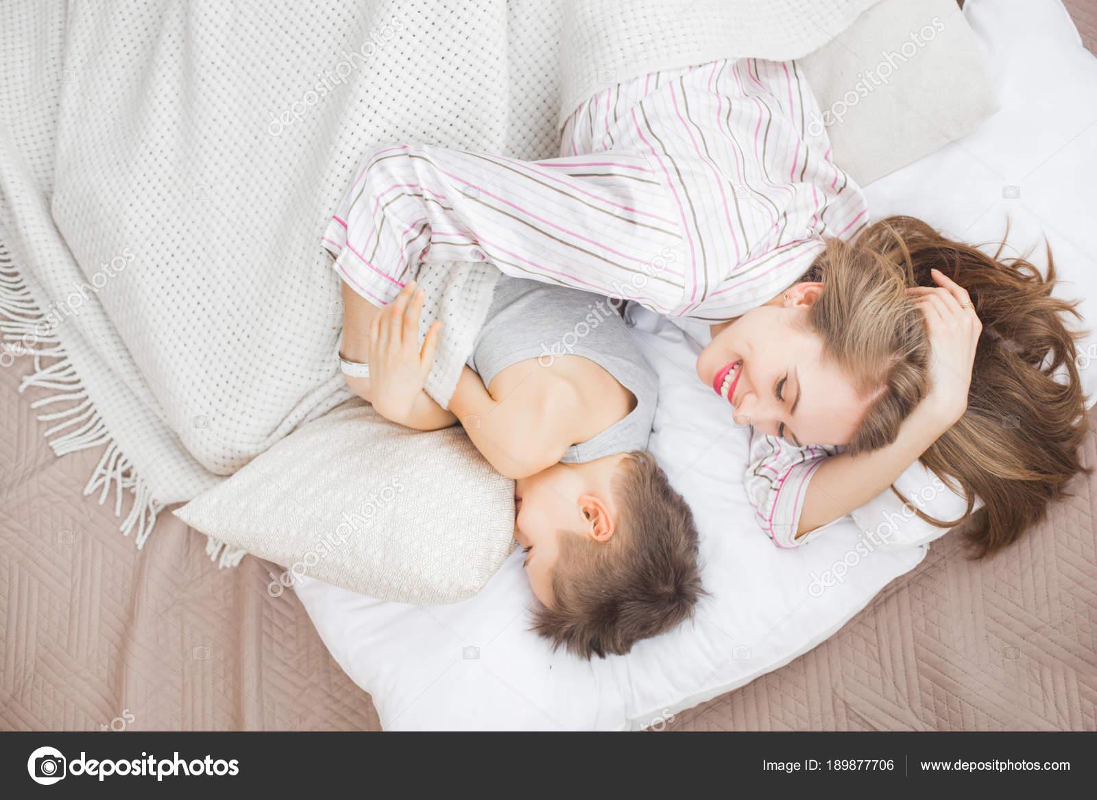 Трахнул маму в рот пока она спит, Сын выебал спящую мать в рот (видео) 25 фотография