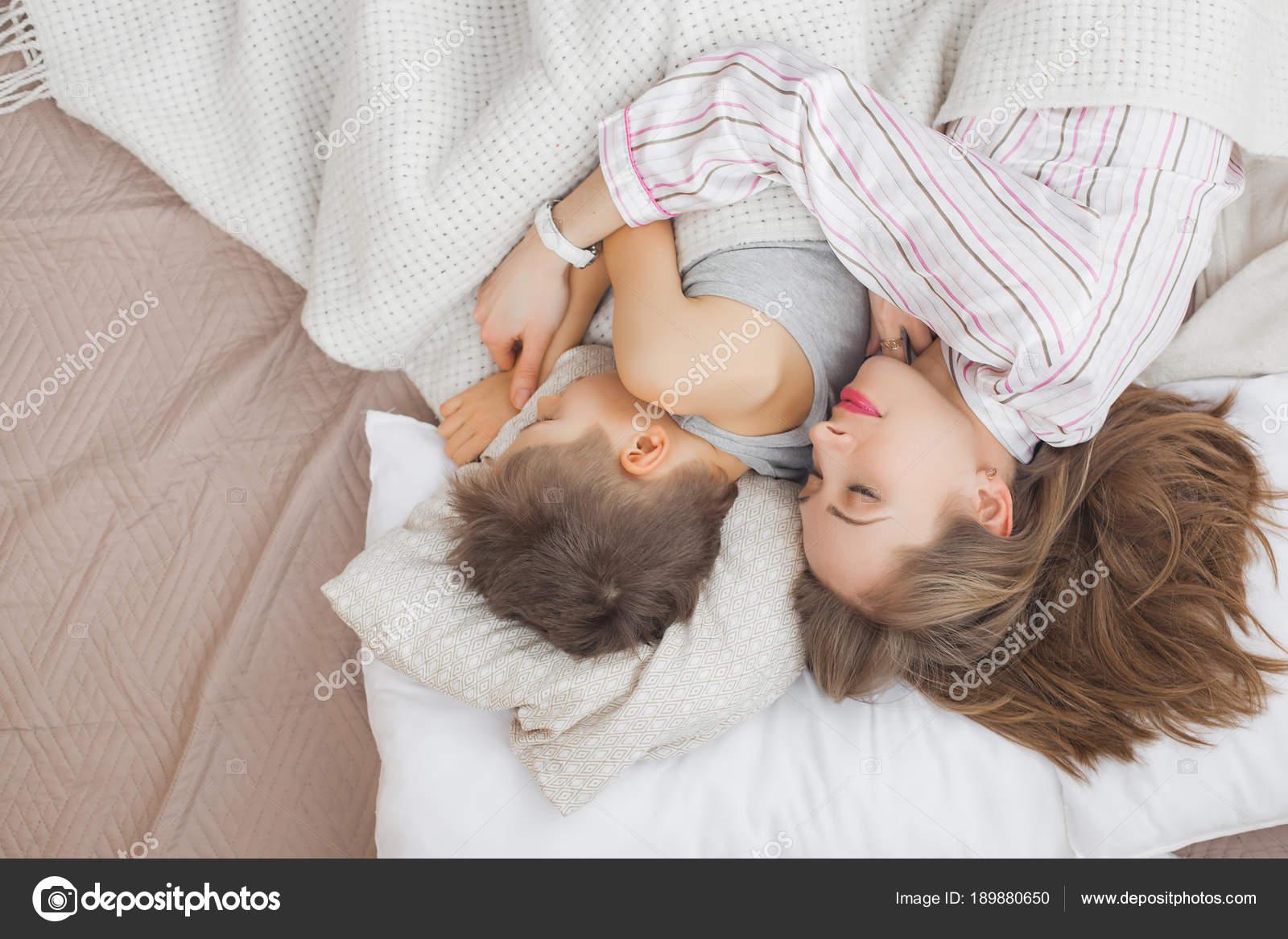 Сын трахнул спящую мать в рот, Похотливый сын поимел спящую маму в рот и пизду 17 фотография