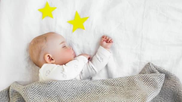 Roztomilé miminko spí pod dekou mezi hvězdami, stop-motion