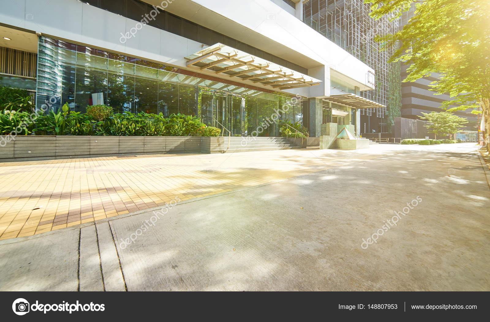 Ingang van moderne kantoorgebouw u2014 stockfoto © jamesteohart #148807953