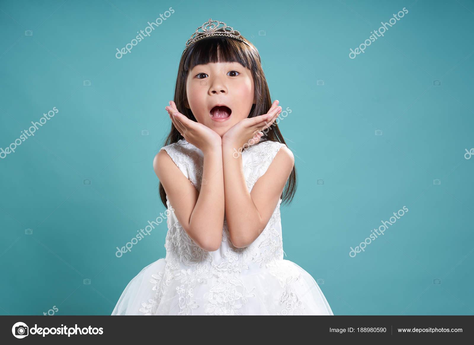 Porträt Von Kleine Asiatin Silberne Krone Und Weißes Kleid ...