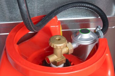 a hose connected to the cylinder red gas supply