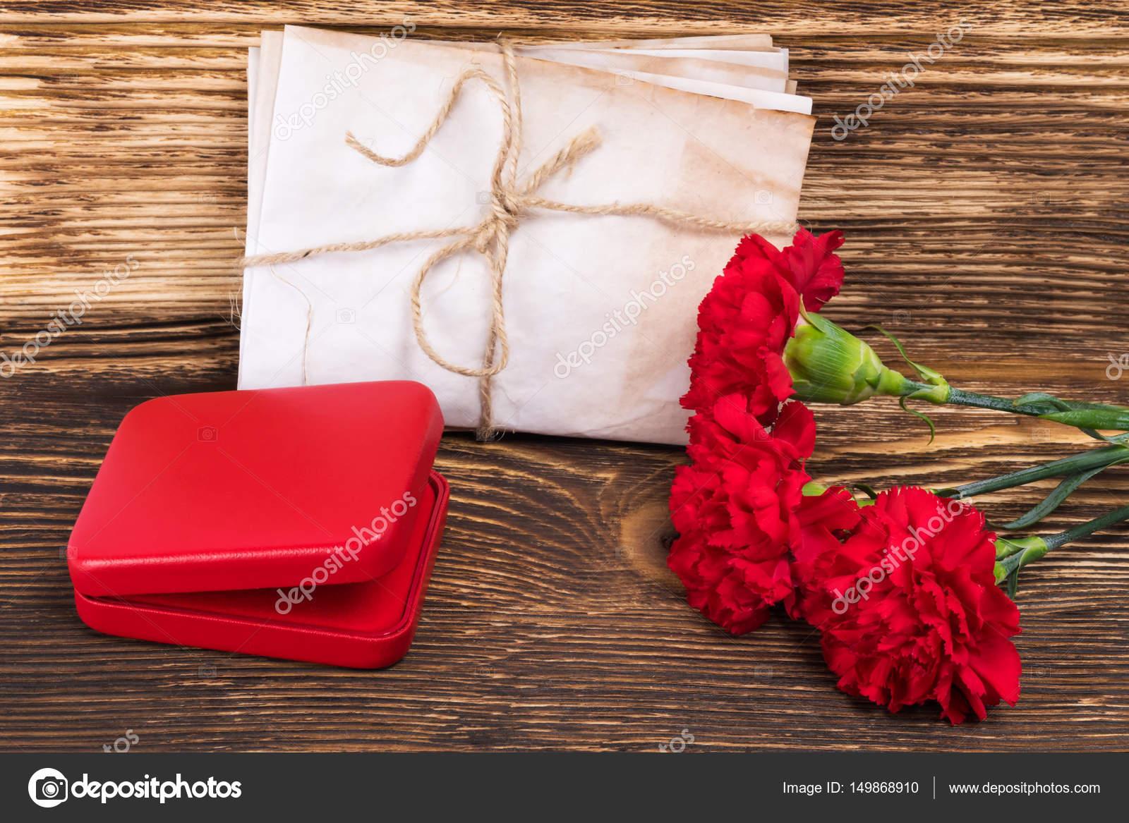 Цветы в красной коробке 113