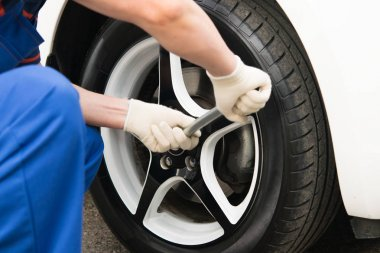 a master for the replacement of the wheels of a motor vehicle, unscrewed with a wrench, a wheel nut