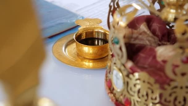75d67ecc8fe4 Tazza piena di vino per il matrimonio. Vari accessori per il matrimonio in  chiesa in Ucraina– filmato stock